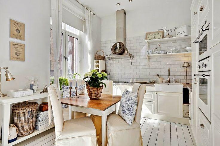 białe wnętrze, styl skandynawski, wiklinowy koszyk, ratanowy koszyk, kuchnia, stół, krzesła