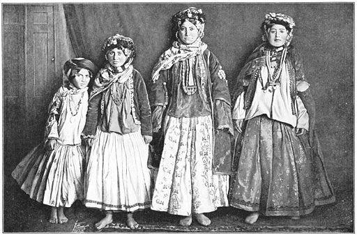 File:Zigeunervrouwen uit Zuidoost-Perzië.jpg