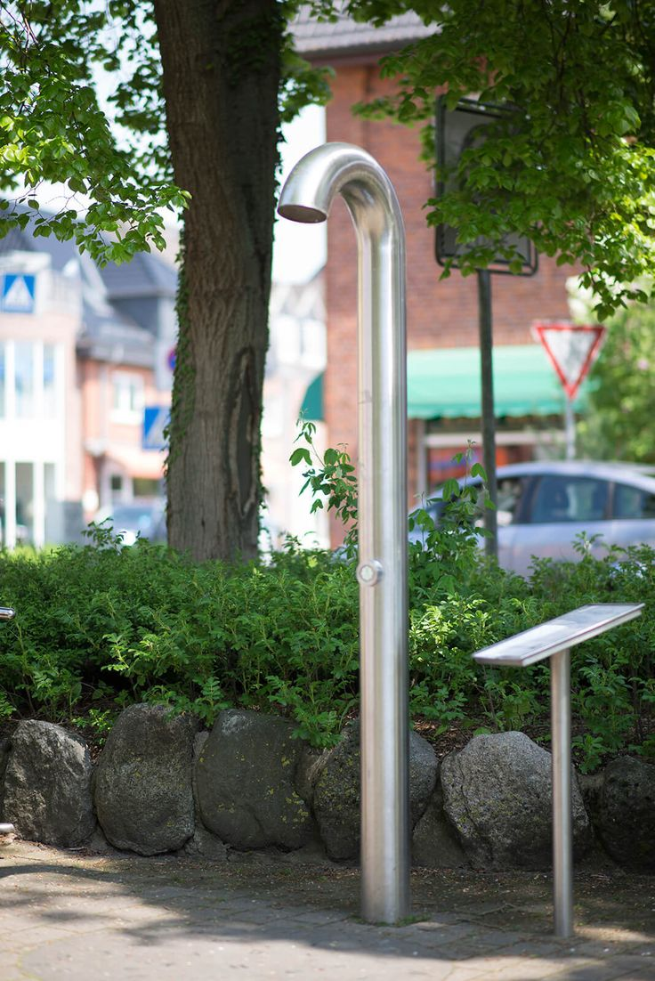 """#Bargteheide In Bargteheide kann man sich direkt mit Kunst berieseln lassen. Ein gebogenes Edelstahlrohr in Form einer Dusche verbirgt im Inneren Lautsprecher und Tontechnik. Wer unter der Dusche auf den Knopf drückt, wird dann mit Texten und Tonaufnahmen rund um das Thema """"Wasser"""" berieselt, die von Bargteheider Bürgerinnen und Bürgern stammen."""