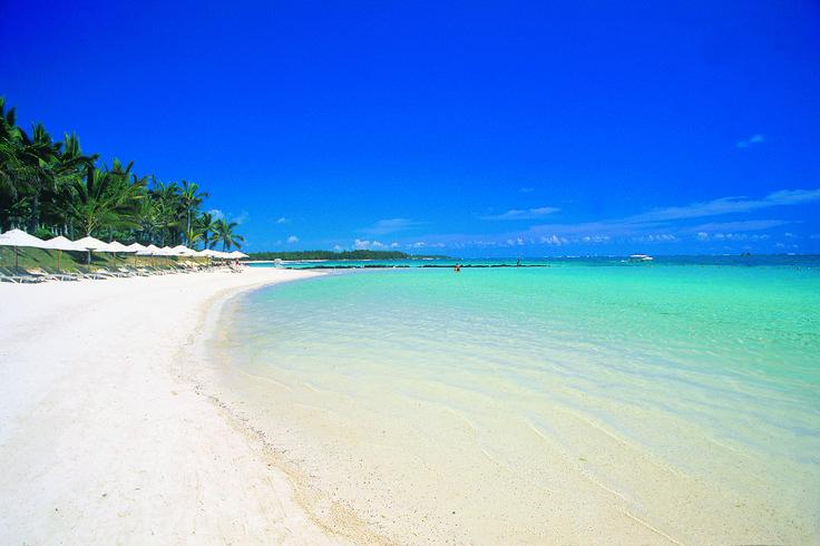 #Ile #Maurice . Plage mauricienne typique. Eau cristalline, immense étendue de sable blanc où règnent calme et tranquilité.  http://vp.etr.im/a0d4