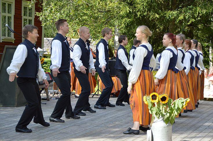 Kansantanssiryhmä Polokkarit esittelee juhlassa vanhaa tanssiperinnettä. Luuppi, Oulu (Finland)