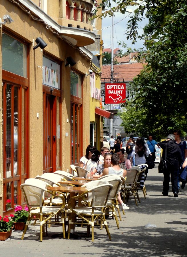 An outdoor cafe terrace in Oradea.