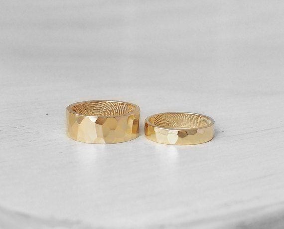 SET van 2 GEHAMERD werkelijke VINGERAFDRUK BAND ringen (vermelde prijs is voor twee ringen) Deze ringen kunnen worden gepersonaliseerd met werkelijke vingerafdruk en werkelijke handschrift of tekst in lettertype.  ---GRAVURE--- (gelieve te lezen hieronder voor wat kan gegraveerd worden voor elke stijl. Selecteer de gewenste stijl in drop-down menu aan de rechterkant)  STIJL 1: binnenkant van elke band: 1 vingerafdruk & 1-3 woorden; Buiten elke band: lege, geciseleerde.  STIJL 2: binnenkan...