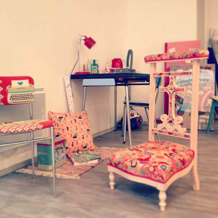 http://www.alittlemarket.com/meubles-et-rangements/chaise_vintage_tubes_tissu_retro_rouge_lin_motifs_annees_50-2250889.html