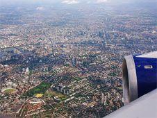 Londres vista desde Londres   VOLANDO: La mejor vista seguramente se consigue desde un avión antes de aterrizar en el aeropuerto de Heathrow viniendo desde el este. Esencial sentarse en un asiento en el lado izquierdo, con ventanilla claro. El precio va incluido en el billete de avión.