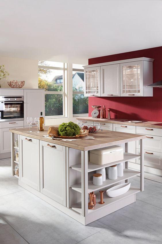 Landhausküche mit kücheninsel im romantischen look