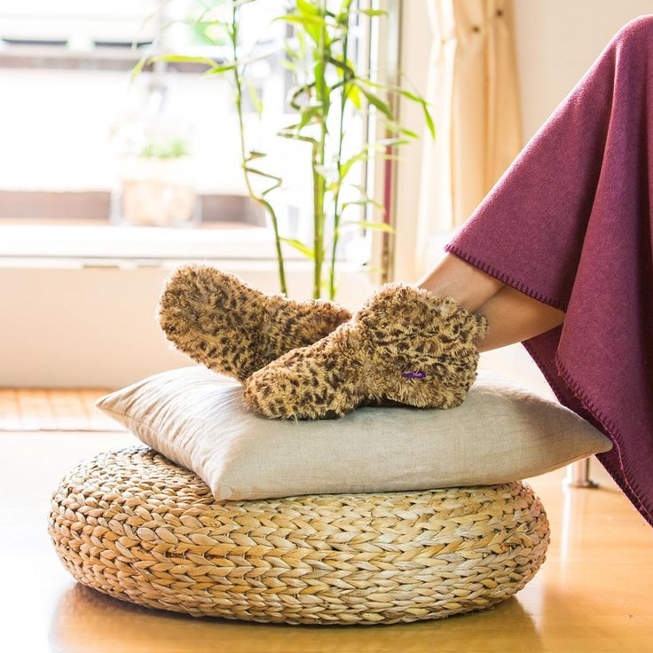 Stay warm and comfy at home with these plush slippers, blankets and more at Radbag.de
