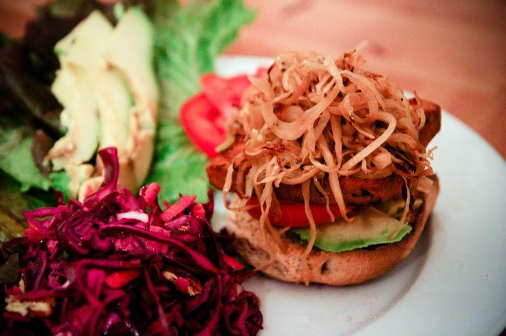 Бургер с тофу  Вегетарианский, между прочим.