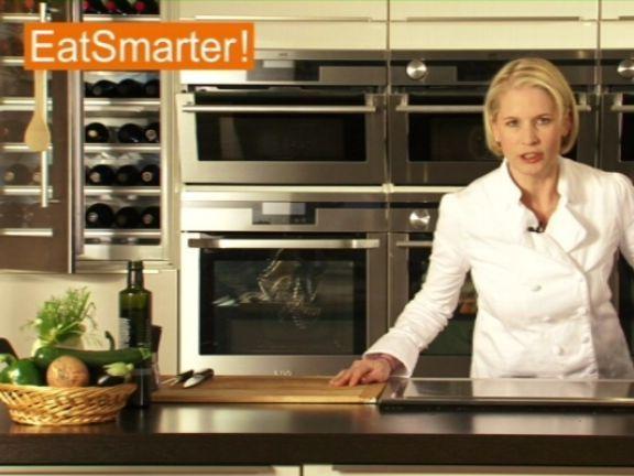 Ein Video zum Thema: Garen und Tranchieren eines ganzen Hähnchens. Sehen Sie weitere hilfreiche Videos auf EAT SMARTER!