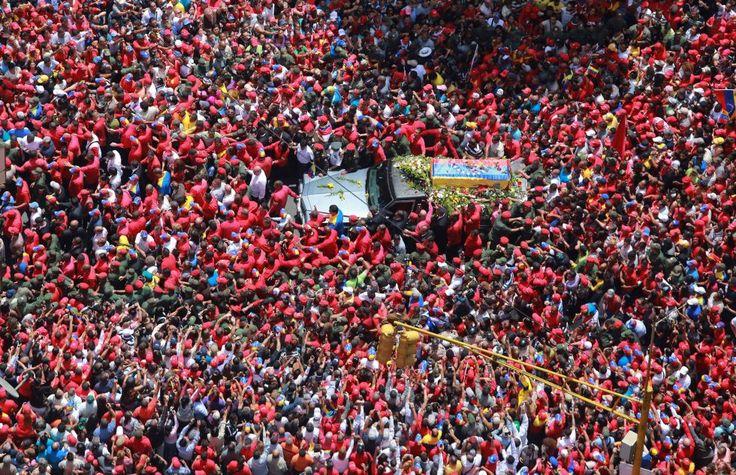 Fotogalería: Marzo | Caracas, Venezuela, 6 de marzo de 2013. Una multitud rodea el coche fúnebre del presidente de Venezuela Hugo Chávez por las calles de Caracas, durante su traslado desde el hospital en el que murió hasta la academia militar. Chávez falleció en Caracas a las 16.25, según anunció oficialmente el vicepresidente Nicolás Maduro. Foto: Prensa de la Presidencia.