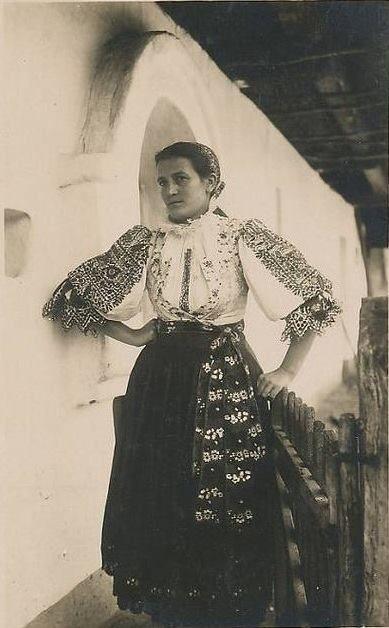 Dievča z Piešťan, bývalá Nitrianska župa, Slovensko, Západné Karpaty Autor fotografie Karel Plicka z roku 1924  [EN] Woman from Piešťany, Slovakia, Western Carpathians  Author of the photo Karel Plicka from the year 1924