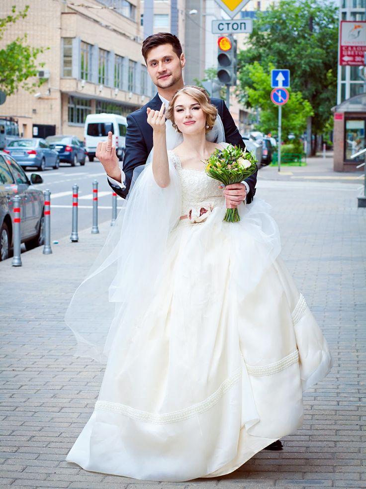 Свадьба на Тверской. Платье из натурального шелка и французского кружева. Исключительно ручная работа, которая позволяет сделать платье очень удобным, комфортным и совершенно уникальным! Второе такое вы никогда не увидите больше ни на одной невесте в мире!