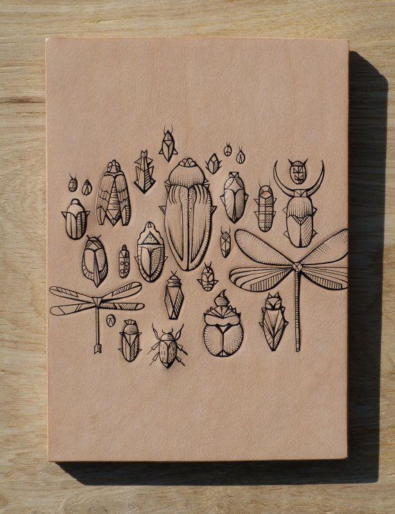 Leder Kunst tätowiert.Handgemacht. Eingefärbt. Original-Artworks. Geometrische Insekt Auflistung im Geschenkkarton.Tattoo