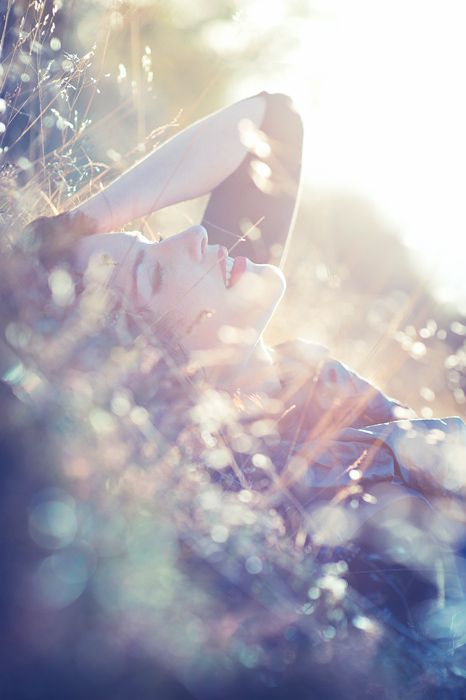 I love the light! ♡ Photo Session Idea | Senior Photography | Pose Ideas / lights and weeds / in the field / lady