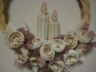 Corona de Navidad de mimbre, con flores y velas   -   Wicker Christmas wreath with flowers and candles