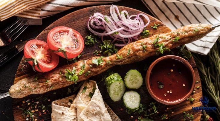Люля-кебаб из курицы Ингредиенты куриное филе бедра без кожи – 760 г лук репчатый (очищенный) – 80 г соль каменная– 10 г перец черный молотый – 1,5 г жир говяжий – 165 г зелень (по вкусу) – 16 г лаваш – 2 шт. помидоры черри крупные– 9 шт. соленые огурцы – 180 г Приготовление Шаг 1 Куриное филе бедра, лук и жир пропустить через мясорубку. Шаг 2 Добавить соль и перец. Все тщательно перемешать и хорошенько отбить фарш, чтобы вышел лишний воздух. Шаг 3 Сформировать из фарша колбаски и обжарить…