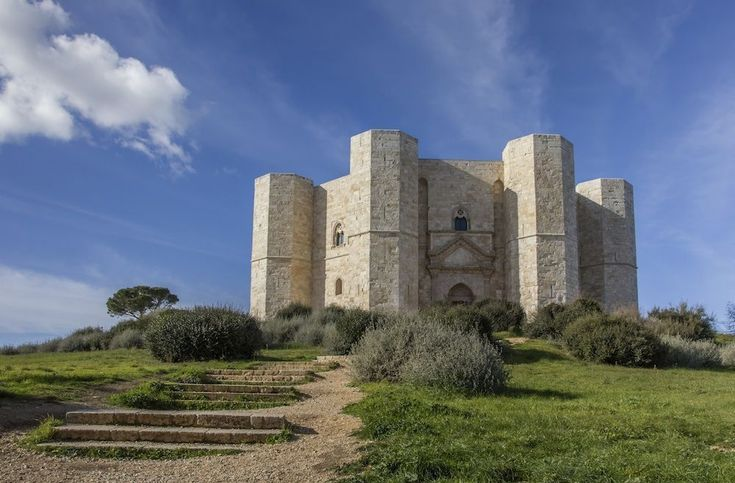Castel del Monte© iStockphoto Het hexagonale Castel del Monte werd gebouwd door keizer Frederik II in de buurt van Bari in Puglia. Volgens Unesco is het een uniek voorbeeld van middeleeuwse militaire architectuur en een succesvolle mix van stijlen uit de klassieke oudheid, het islamitische oosten en de Europese gotiek.