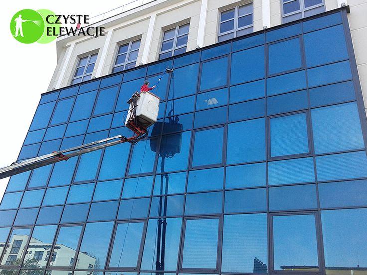Czyszczenie fasad szklanych, mycie okien