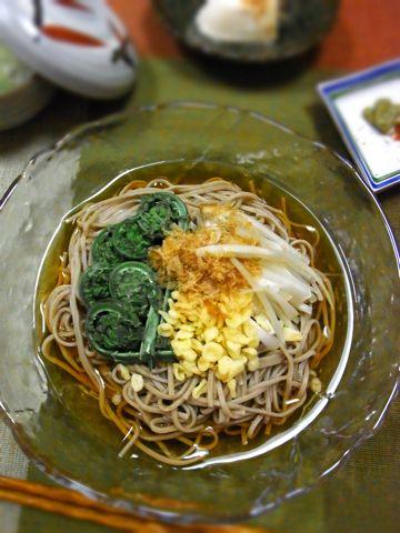 下町の台所ごはん 冷やし山菜たぬき蕎麦 !!