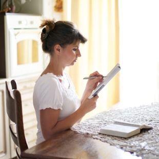 Un testigo de Jehová estudiando para una reunión de congregación