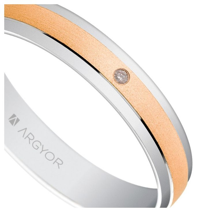 Alianza de boda en oro rosa y blanco con diamante talla brillante. Este anillo de boda Argyor tiene un bonito acabado mate arena.