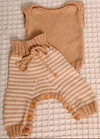 Eller strik enten den fine top eller de super praktiske haremsbukser med indvendig knaplukning i bene, så det er nemt at skifte bleen, uden at bukserne skal helt af. Du kan vælge imellem mange garnkvaliteter i både bomuld, bambus, uld og alpaca