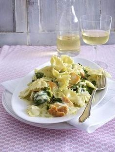 Das Rezept für Farfalle mit gebratenem Lachs und Zitronen-Rahmspinat und weitere kostenlose Rezepte auf LECKER.de