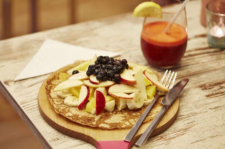 Speltpannenkoek met een berg vers fruit! Overheerlijk genieten in Groningen bij Feel Good!