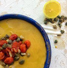 Η γήινη γεύση της φάβας ζωντανεύει με τη σπιρτάδα της κάπαρης, και μεταμορφώνεται σε ένα εξαιρετικό πιάτο