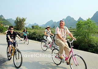 Ride a bicycle to explore Yangshuo