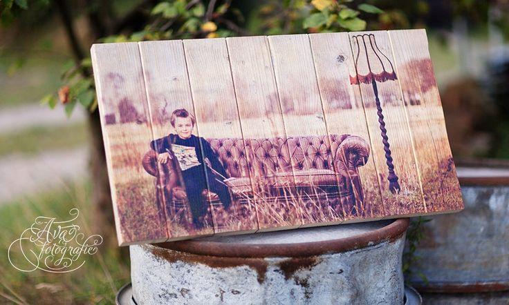 Foto van een jongetje op authentiek steigerhout | Geeft uw foto een robuuste en brocante uitstraling | Ook een foto op steigerhout? Bestel eenvoudig op www.timberprint.nl #fotoophout #steigerhout