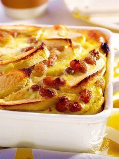 Sofficissimo e davvero delizioso, il Clafoutis di mela e uvetta è un dolce al forno della tradizione gastronomica francese. Intramontabile!