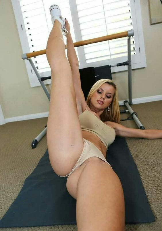 Hot naked flexible girl with big butt — img 15