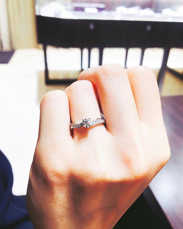 やっと婚約指輪受け取りに行きました♡ 優柔不断な私のために何回も何箇所も一緒に見にまわってくれて、好きなものを選ばせてくれた彼に感謝です(*^^*) つけた瞬間のニヤニヤ顔見られて笑われた😂💦 #婚約指輪 #エンゲージリング #俄 #NIWAKA #唐花 #メレあり #キラキラ好き #周りと被らなそう #左右非対称 #アシンメトリー #一生大切にします #感謝 #でもサイズ合わせたはずなのにユルい #いつの間にかダイヤが手の中 #はたからみたら結婚指輪になってる #おかしいな… #親友も俄の指輪 #類は友を呼ぶって本当 #類友 #2017秋婚