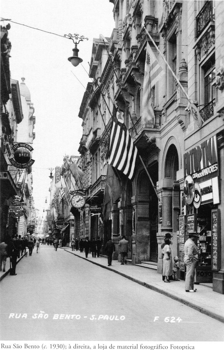 1930 -  Rua São Bento. Temos à direita a loja de material fotográfico Fotoptica. Acervo do Instituto Moreira Salles.
