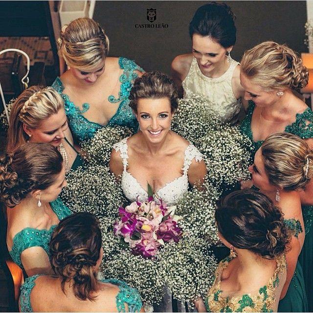 Simplesmente amamos esta foto da #noiva com as #madrinhas! Não é o máximo? | Foto: @arielleao Inspiração do IG @ouniversodasnoivas Bravo! #casamento #listadecasamento #sitedenoivos #sitedecasamento #inspiracaodenoiva #inspiracaodecasamento