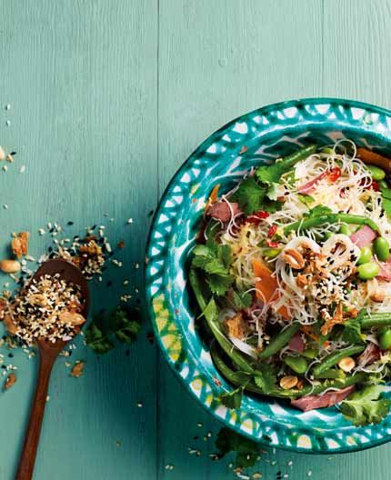 Nudelsallad med rostbiff och kokosströssel 4 personer Tid: 35 minuter  Salladen är gjord på ingredienser som är lätta att ha hemma – bönor från frysen, nudlar och...