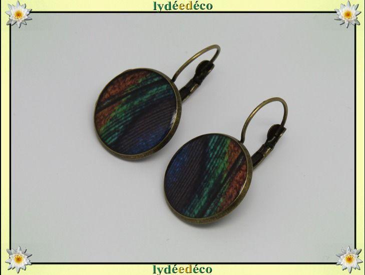 Boucles dormeuses retro Plume de paon vert bleu marron resine laiton bronze 2cm : Boucles d'oreille par lydeedeco