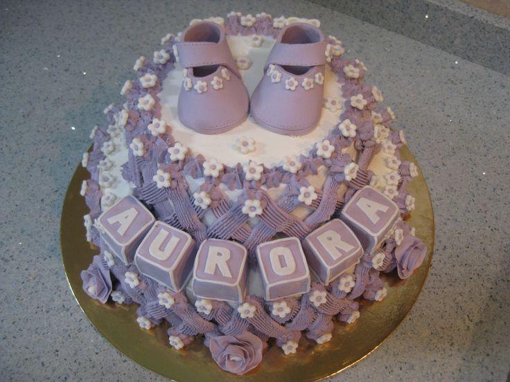 Torta con Scarpine, Cubotti, Rose e Fiori in Pasta di Zucchero http://www.latavolozzadeisapori.it/ricette/torta-battesimo-con-scarpine-in-pasta-di-zucchero
