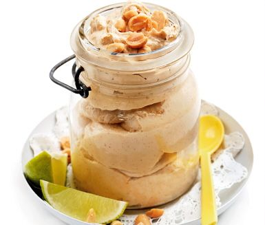 Snabblagad glass med banan och jordnötssmör. Med frysta bananer behövs varken ägg eller grädde. Glassen smaksätts med limejuice och honung. Ät den på en gång! Jordnötsglassen är god till en fruktsallad.