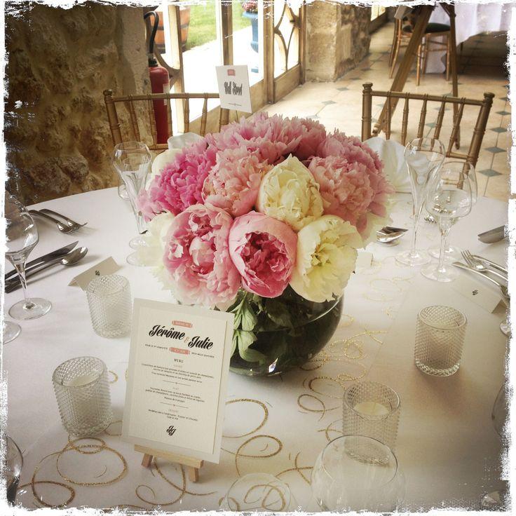 vase rond et  pivoines roses et blanches CENTRE DE TABLES MARIAGE A BORDEAUX CHA…