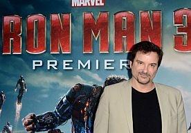 29-Apr-2013 10:36 - IRON MAN 3 HEERST IN DE BIOS. Iron Man 3 was de grote winnaar in de bioscopen het afgelopen weekend. De superheldenfilm met onder andere Robert Downey Jr. bracht in zijn openingsweekend wereldwijd 195,3 miljoen dollar (zon 150 miljoen euro) op. Dit bedrag staat los van de Verenigde Staten, waar de film pas volgende week vrijdag in première gaat. Dat meldt The Hollywood Reporter. In de VS nam de film Pain & Gain met een opbrengst van 20 miljoen dollar de toppositie...