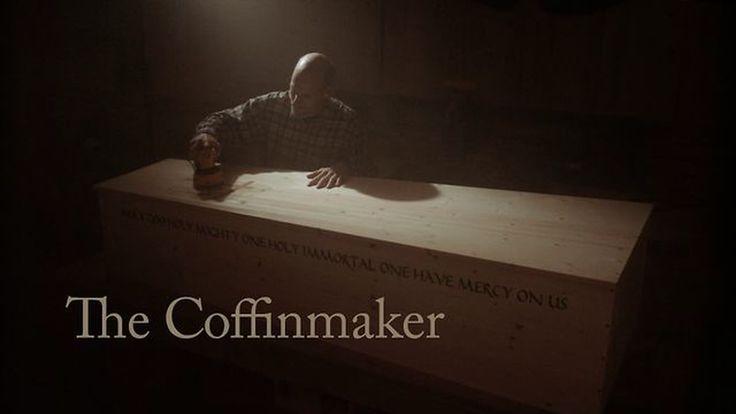 Een man die veel van zichzelf steekt in het maken van een kist...