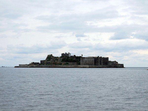 Hashima (Japon) Achetée par Mitsubishi en 1890 en raison de son important gisement de houille, cette île minière de 5 300 habitants fut abandonnée en 1974. Elle a été interdite d'accès jusqu'en 2009 mais peut aujourd'hui se visiter.