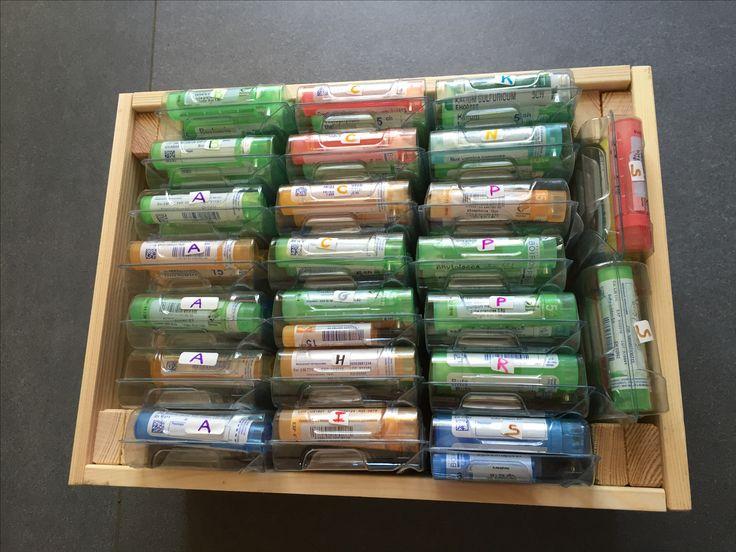 """Devant le nombre important de tubes granules et parfois l'""""urgence"""" à trouver le bon remède, je me suis organisée ainsi : une caisse en bois, petit modèle de chez Ikea et les rangement bouton que l'on reçoit gratuitement à la pharmacie, le tout classé et étiqueté par ordre alphabétique. Bonne journée à tous et toutes!"""
