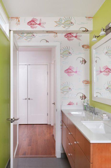 В ванной можно поклеить как яркие и веселые обои, так и что-то более…