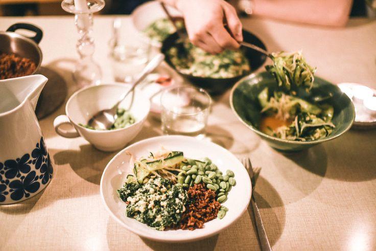 Det här är en slags bibimbap från kokboken Bönor, ärtor & linser, där höjdaren är en spenatgrej gjord på bl.a. misopasta, silkestofu och ljummen spenat, tillsammans med ris, sojabönor och en sallad gjord på bland annat böngroddar, tunt skivad gurka och sesamolja. Så jäkla bra bok för övrigt! Min mamma brukar laga recept därifrån när jag ska komma på middag, för den har en massa veganska alternativ (utan att vara en helvegansk kokbok).