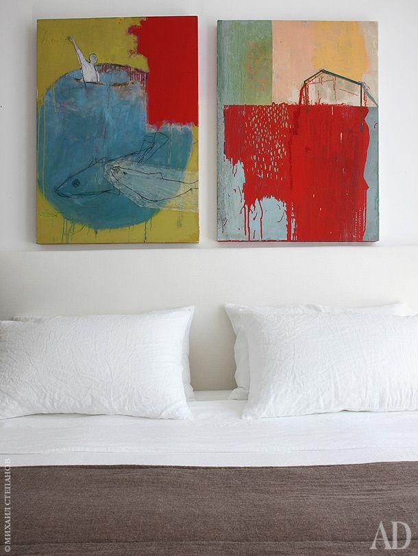 Гостевая спальня. Картины были куплены в галерее Alm. Постельное белье из старинного льна, не требующего отглаживания, шили там же.