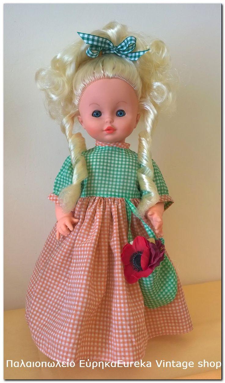 Κούκλα el greco από την δεκαετία 1980's.  Η κούκλα είναι σε συνεργασία Zapf.  Σε άριστη κατάσταση, με πλούσιο μαλλί, κομμωτηρίου, και ωραία ρούχα.  Πολύ όμορφη κούκλα με χαρακτηριστικό στυλ της περιόδου εκείνης.   Ύψος 38εκ.