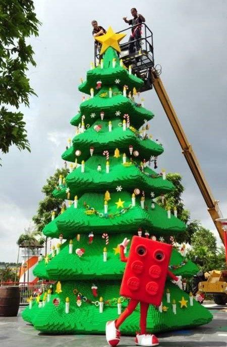 Елка из кубиков Lego (Малайзия)  Малайзия стала первой азиатской страной, в которую пришел европейский парк Леголенд (Legoland). Открытие парка совпало с приближением Нового года и Рождества, так что, как говорится, сам бог велел. В результате кропотливой десятинедельной работы на свет появилось дерево из 400 тысяч зеленых кубиков «Лего Дупло». Еще 260 цветных деталей понадобились для украшения. Лего-ель весит более 6000 килограммов и ждет посетителей вплоть до первых чисел января 2013.